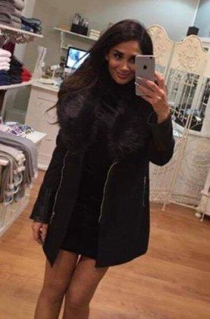 Mantel mit Leder- und Fellapplikation in Größe S