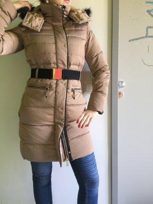 Mantel tailliert von Mango mit goldenen Accessoires in XS Daunen