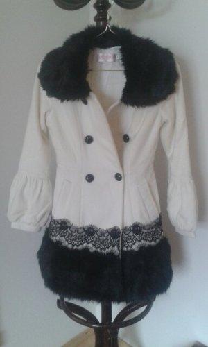 Mantel weiß mit schwarzem Kunstfell und Spitze