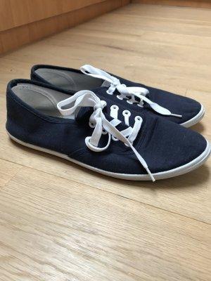 Marineblaue Sneaker für den Sommer