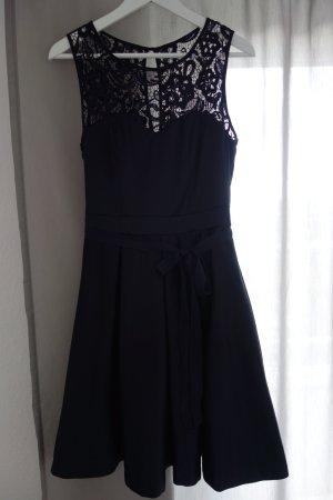 Marineblaues Abendkleid mit wunderschöner Spitze