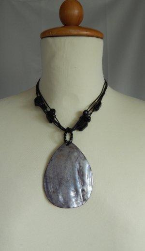 markenlos,Modeschmuck Halskette aus Kordel-Muschelamulett und Kunststoffperlchen schwarz-silberfarben-changierend
