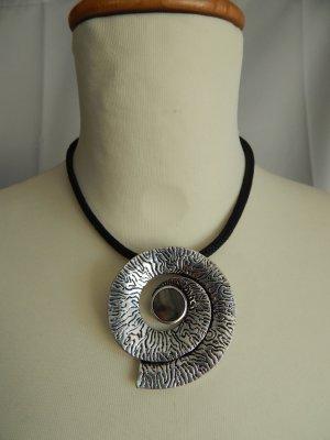 markenlose, Halskette,Modeschmuck,Schnecke mit Struktur Perlmuttblättchen in d.Mitte