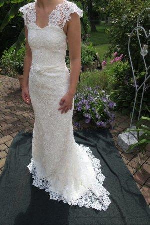 maßgeschneidertes Hochzeitskleid aus edler französischer Spitze