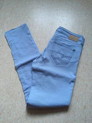 Mavi - Jeans für den Sommer, Blickfang Farbe