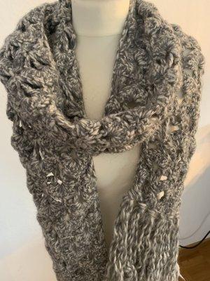 Écharpe en tricot gris-gris clair