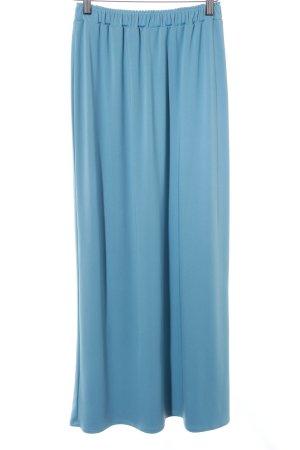 Falda larga azul celeste look casual