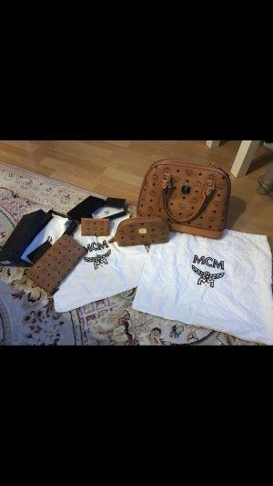MCM Bowlingtasche, Portemonnaie, Kosmetische und Kartenetui in Cognac
