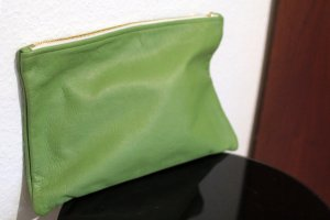 Medium Carry-All Leather Pouch hellgrün