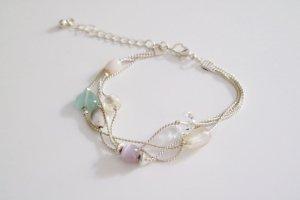 Mehrlagiges Armband mit patellfarbenen Perlen