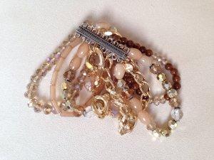 Mehrreihiges Perlenarmband mit Magnetverschluss in Beigetönen von Hallhuber