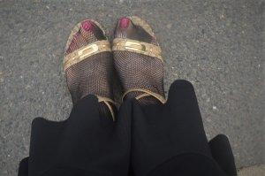 Guess Sandalias de tacón de tiras color oro