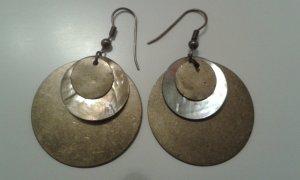 Metall schimmernde Ohrringe