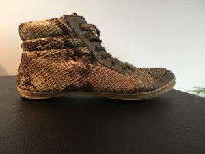Metallic Sneaker mit Nieten