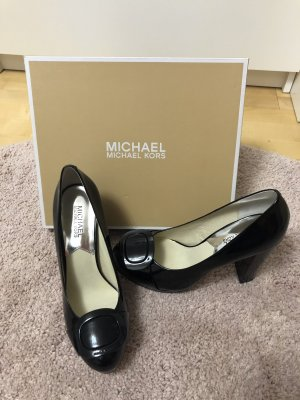 Michael Kors Pumps in schwarzem Lackleder