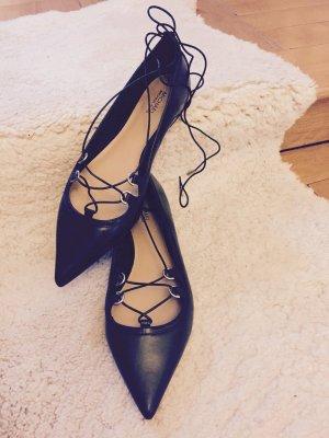 Michael Kors Tabby Flat Leather Sandal in schwarz