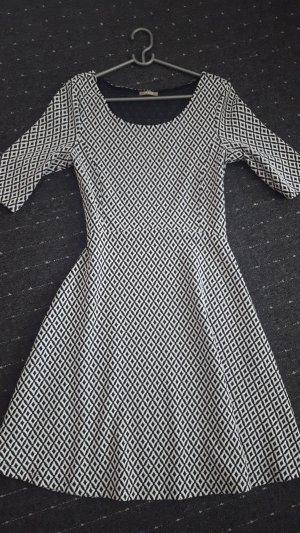 Midikleid weiß schwarz gemustert Größe 40