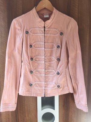 Militär-Jeansjacke mit aufwändigen Verzierungen und Knöpfen in Pastell