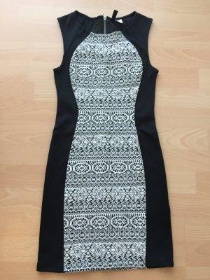 Minikleid von H&M in schwarz mit weißem Muster