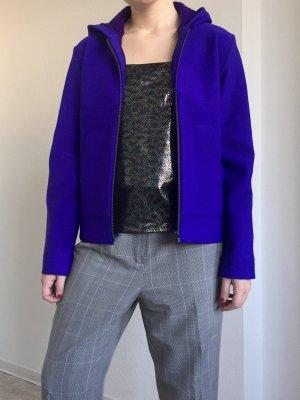 Minimalistische handgemachte Sportjacke mit Kapuze aus Neopren in knall blau
