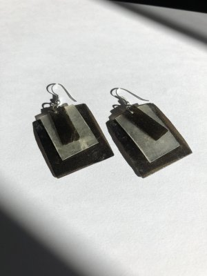 Minimalistische Ohrringe in schwarz & weiß