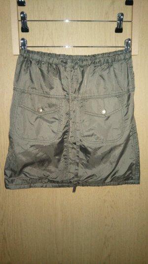 Minirock aus glänzendem Polyester, Taschen, Schnürung, Outdoor-Stil