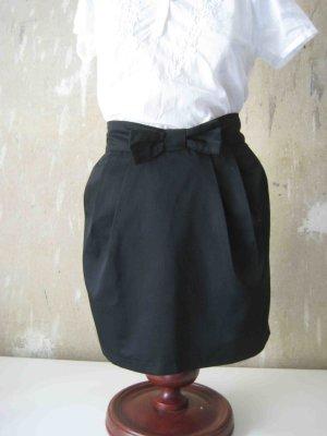 Minirock in schwarz mit Schleife - casual Look