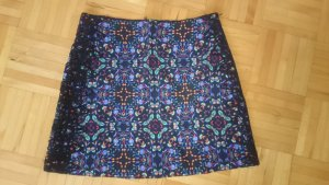 Minirock mit grafisch-floralem Muster und Spitzendetail
