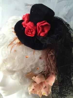 Cappello nero-rosso scuro