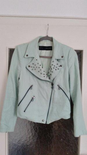 Mintfarbene Jacke im Bikerstil von Zara mit Nieten am Kragen