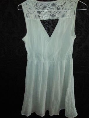 Mintfarbenes Sommerkleidchen mit Spitzeneinsätzen