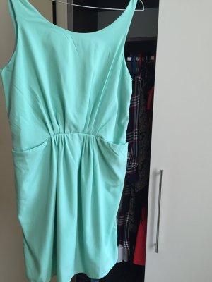 Mintgrünes Kleid mit offenem Rücken und leichten Plissées und Taschen