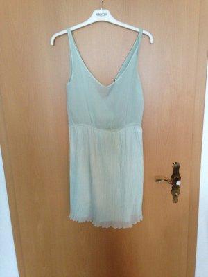 Mintgrünes rückenfreies Kleid