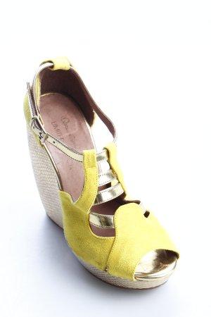 Miss Selfridge Keil-Pumps dunkelgelb-goldfarben Glanz-Optik