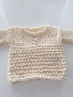 Mit Liebe gestrickter Pullover für Babys