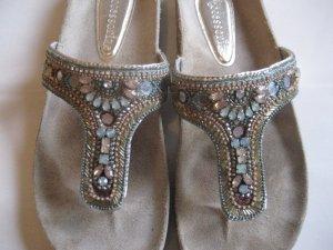 Mit Paillietten und Steine besetzte Schuhe
