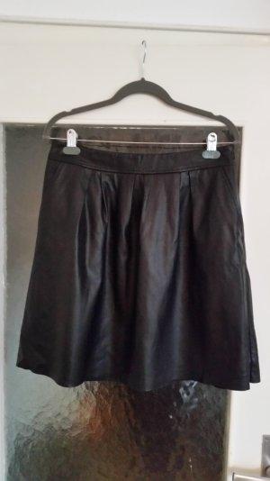 Mittellanger schwarzer Faltenrock von Hallhuber. Kunstleder. 2 Taschen