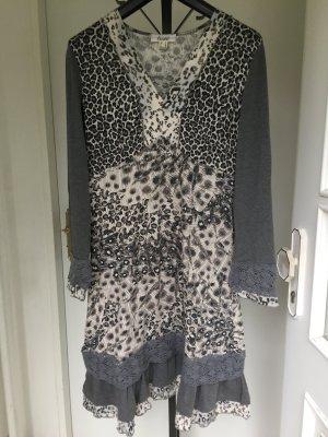 Mittellanges gemustertes Kleid