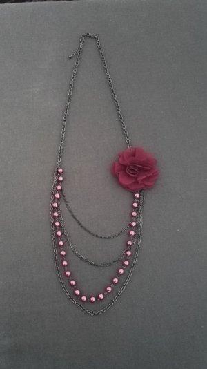 Modekette mit Perlen und Blume