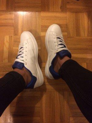 moderne blau weiße Sneaker von JustFab