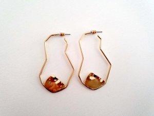Moderne goldfarbene Statement-Ohrringe