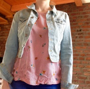 Moderne Jeansjacke in hellem Denim