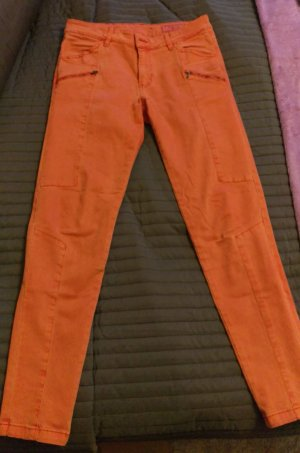 Moderne Röhrenhose in knalligem Orange
