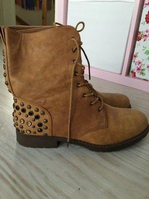 Moderne Stiefel mit Verzierung