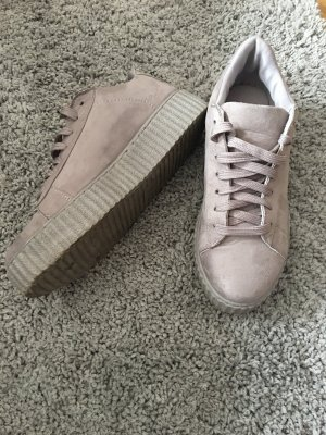 moderner graue Sneaker dickere Sohle