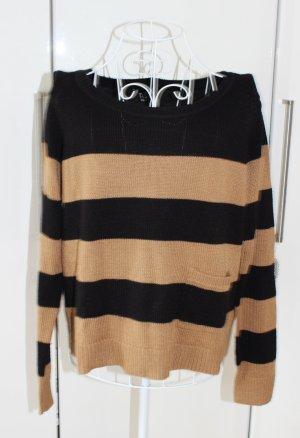 Moderner Pullover gestreift