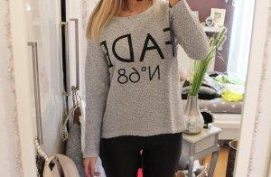 Moderner Pullover mit Aufschrift