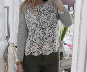 Moderner Pullover mit Spitzeneinsatz