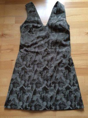 Modernes Kleid im Tarn-Muster