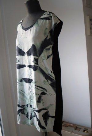 modernes Kleid mit Aquarell-Print